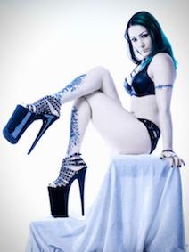 SM en BDSM meesteres Poison met hoge hakken en tattoos